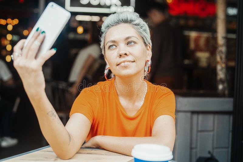 Attraktives blondes Mädchen, das selfie macht stockfoto