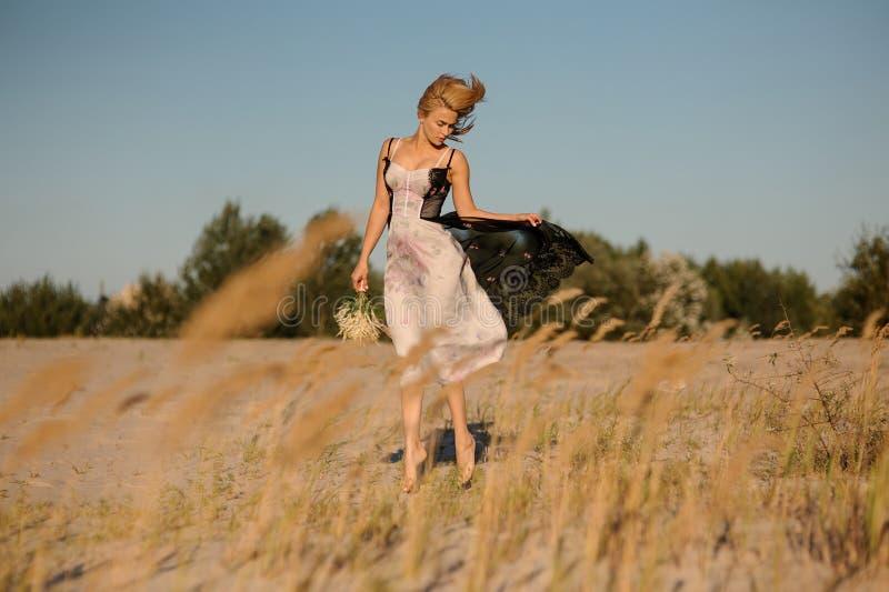 Attraktives blondes Mädchen in einer Wäsche auf dem Feld lizenzfreies stockbild
