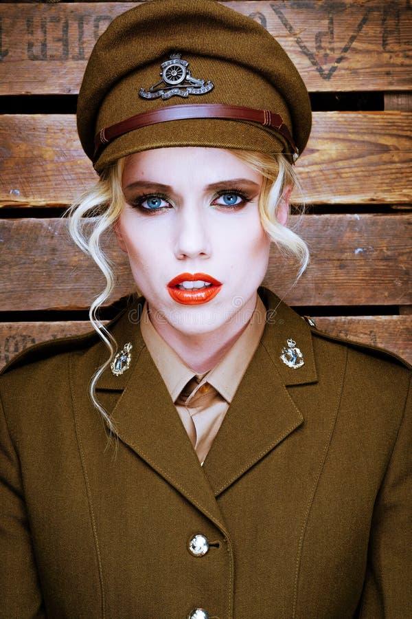 Attraktives blondes Modell in der Armeeuniform stockfotografie