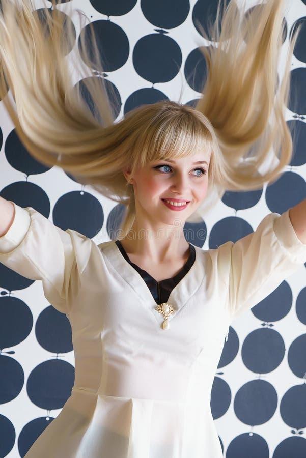 Attraktives blondes vorbildliches Mädchen am Schönheitssalon stockbilder