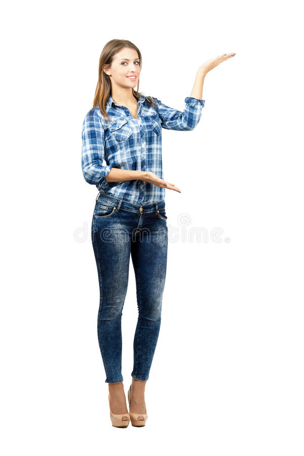 Attraktives Blondinendarstellen stockfoto