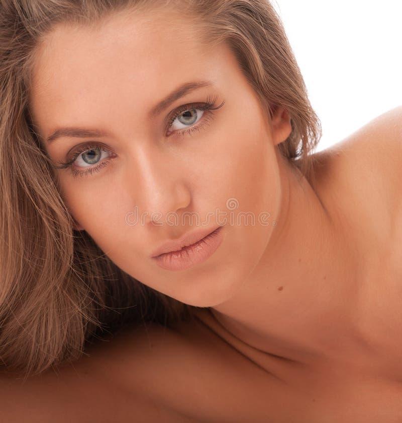 Attraktives brown-haired Mädchen über Weiß stockfotos