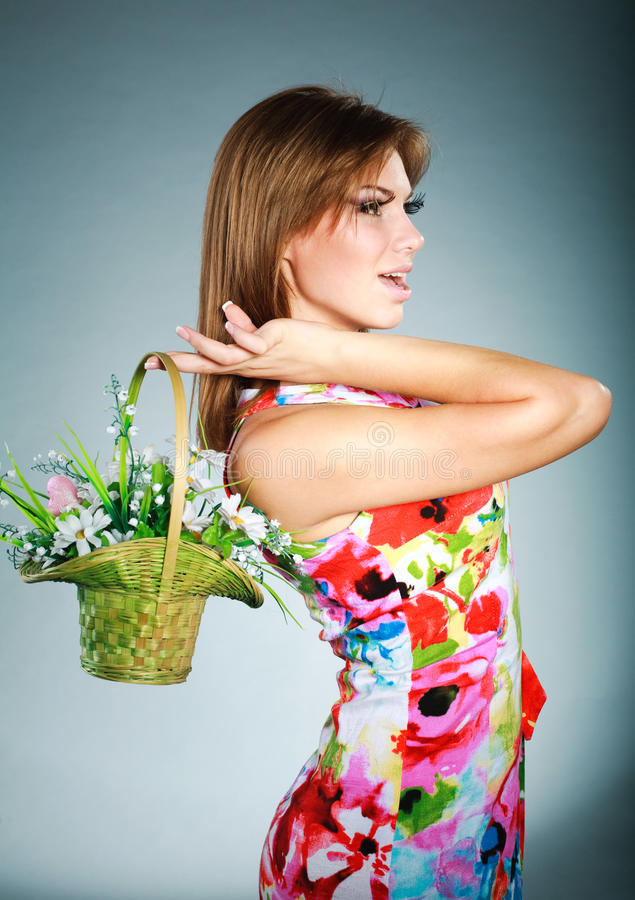 Attraktives Brunetmädchen im bunten Kleid im Studio stockbild