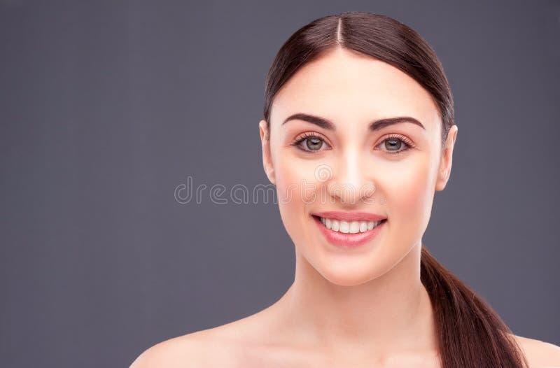 Attraktives Brunettemädchen ist von der Haut mitfühlend lizenzfreie stockbilder