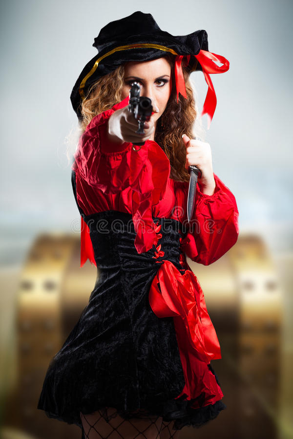 Attraktives Brunettepiratenmädchen mit einem Gewehr stockfotos