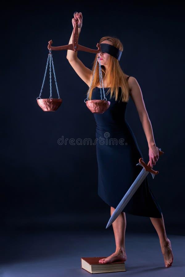 Attraktives dünnes Mädchen mit Waage und Klinge als Themis Godness lizenzfreies stockfoto