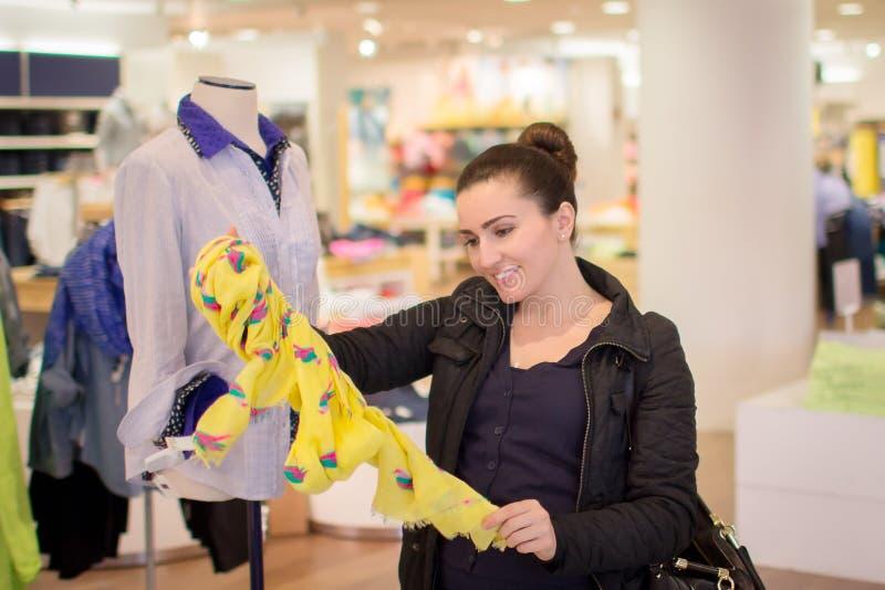 Einkaufen der jungen Frau stockfoto