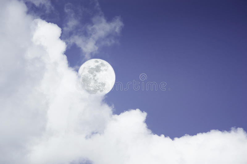 Attraktives Foto eines Nachtzeithimmels mit bewölktem und hellem Vollmond Schöner Naturgebrauch als Hintergrund draußen lizenzfreie stockfotos