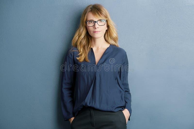 Attraktives Frauen-Portrait stockfoto