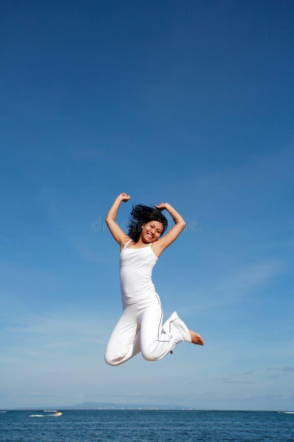 Attraktives Frauen-Springen stockfotos