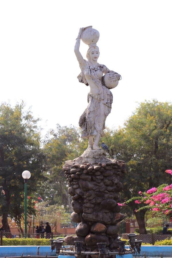Attraktives Frauenidol in Chambal-Garten, Kota stockfotografie