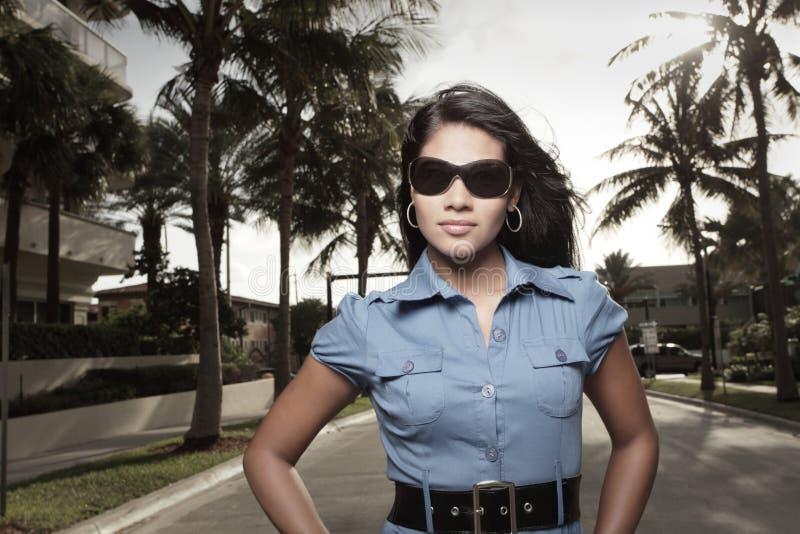 Attraktives Frauenlächeln lizenzfreies stockbild