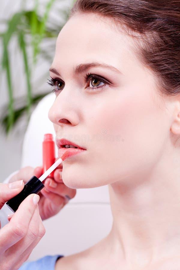 Frau, die Lippenstift auf Lippennatürlicher Schönheit anwendet stockbild