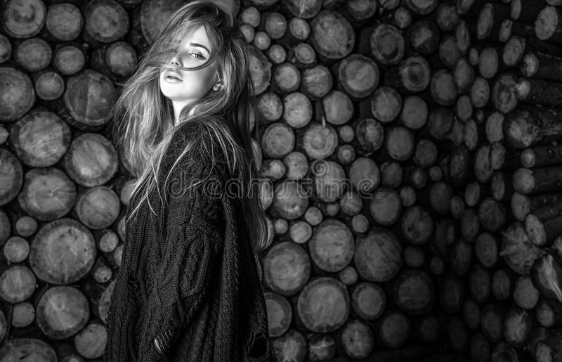 Attraktives Frauenporträt gegen hölzernen Hintergrund Schwarz-weißes Foto lizenzfreie stockfotografie