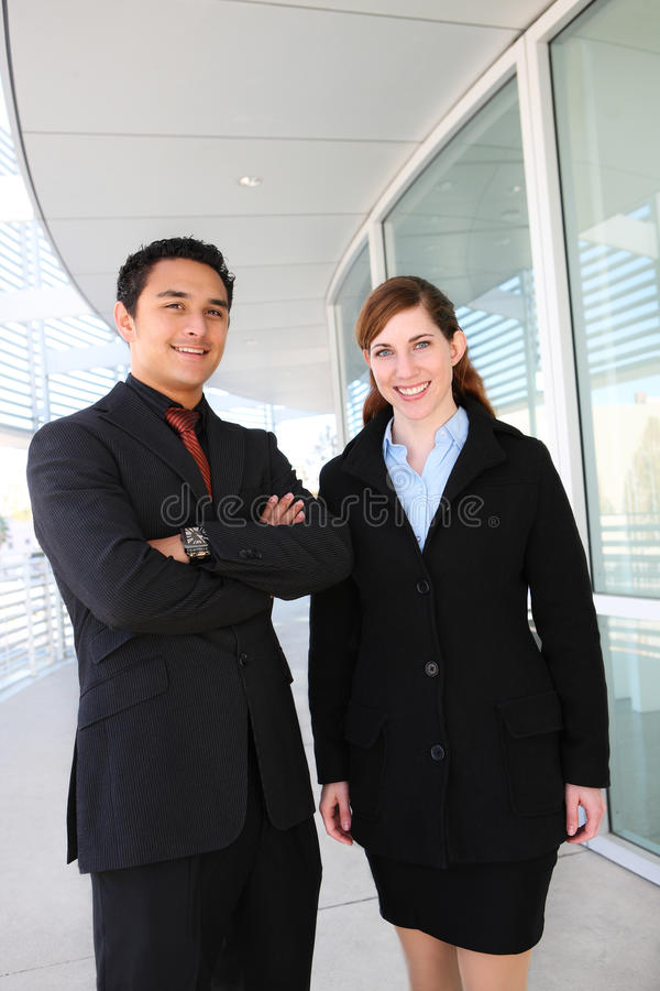 Attraktives Geschäfts-Team am Bürohaus lizenzfreie stockfotografie