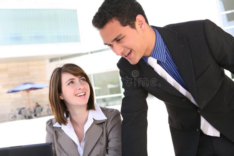 Attraktives Geschäfts-Team im Büro stockbilder