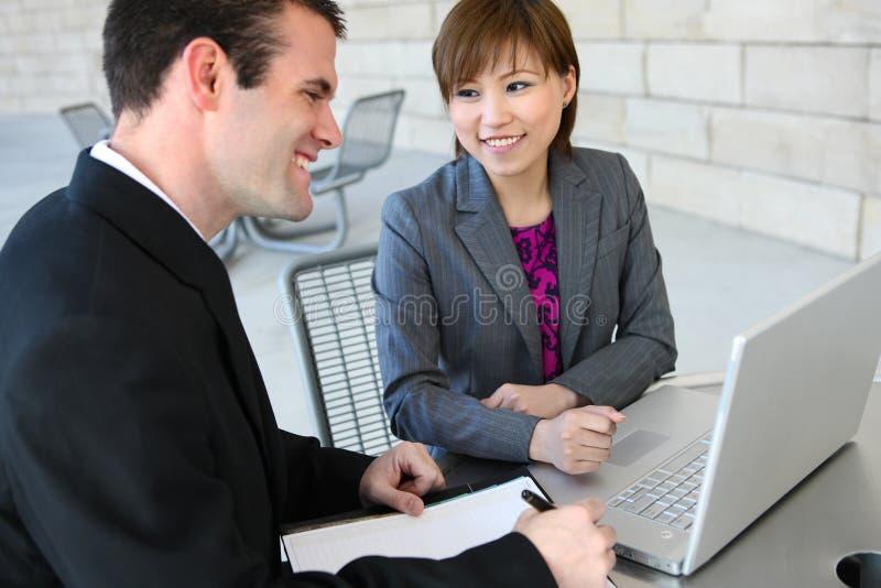 Attraktives Geschäfts-Team im Büro stockbild