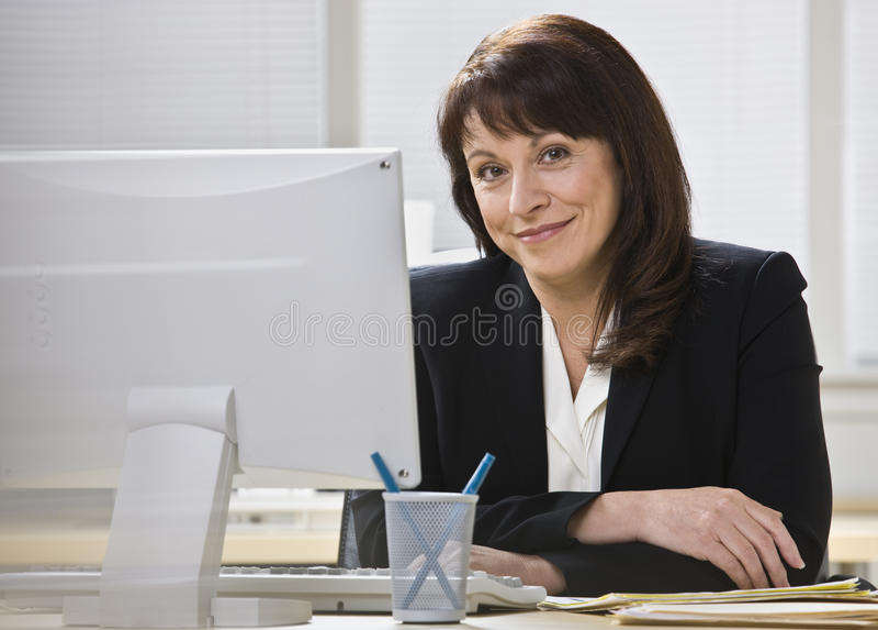 Attraktives Geschäftsfraulächeln. lizenzfreies stockbild