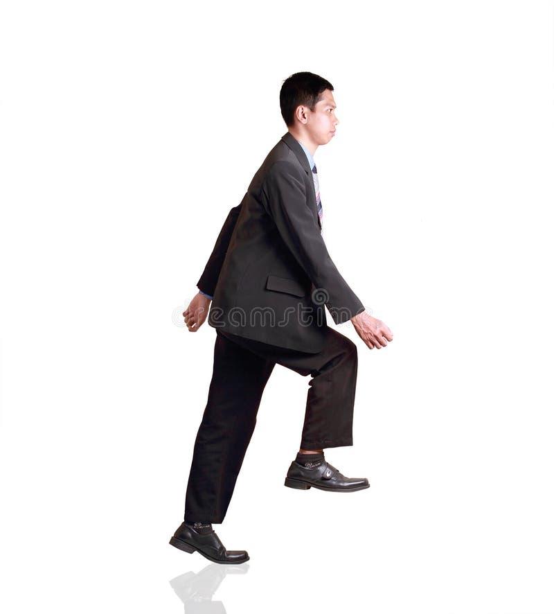 Attraktives Geschäftsmannsimulieren des Gehens auf Treppe stockbilder
