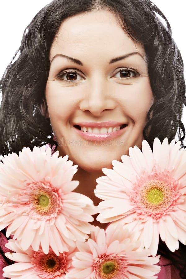 Attraktives Gesicht der jungen Frau mit Blumen stockfotos
