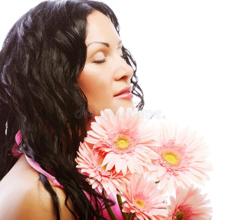 Attraktives Gesicht der jungen Frau mit Blumen lizenzfreie stockbilder