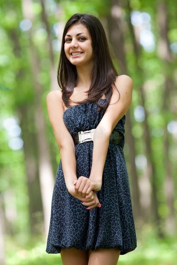 Attraktives hispanisches Mädchen im Wald stockbild