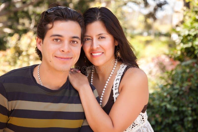 Attraktives hispanisches Paar-Portrait draußen lizenzfreie stockfotografie