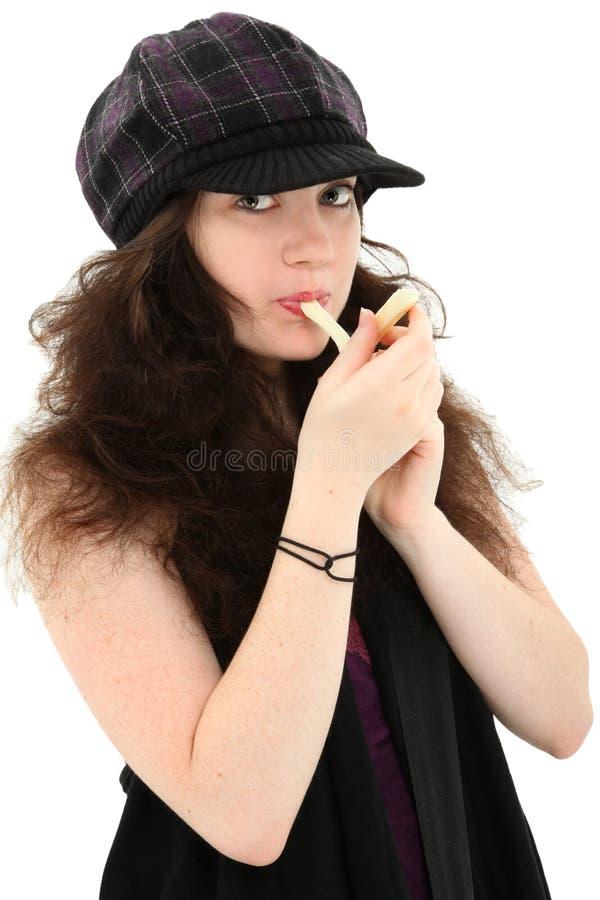 Attraktives jugendlich Mädchen, das Zeichenkette-Käse isst lizenzfreies stockbild