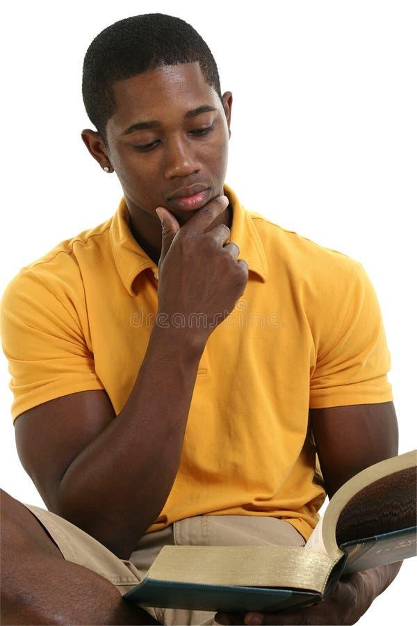 Attraktives junger Mann-Lesebuch stockbild