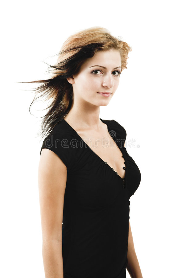Attraktives junges Baumuster, das in einem netten schwarzen Kleid aufwirft lizenzfreie stockfotos