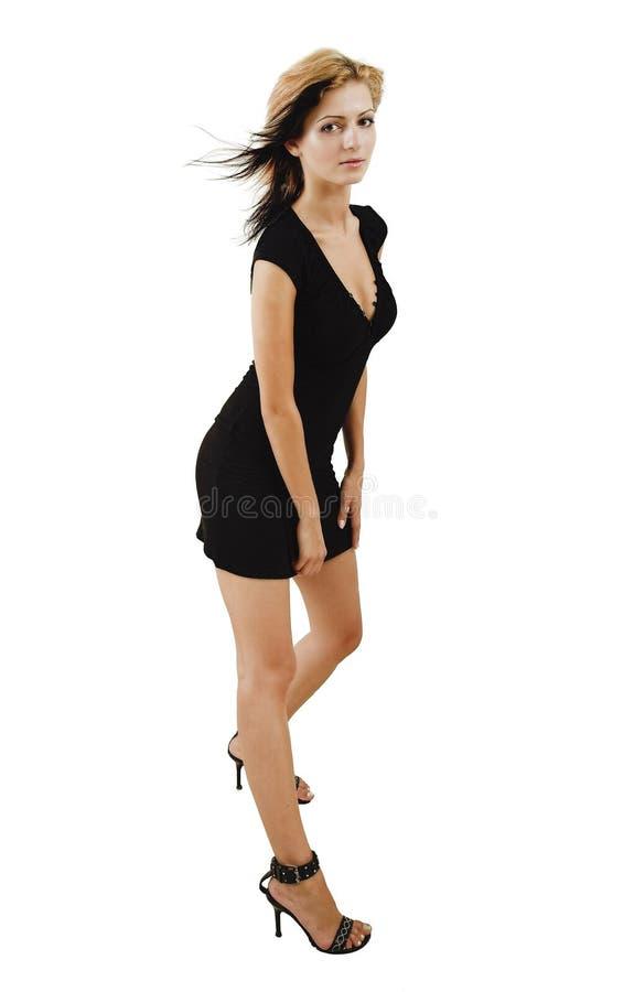 Attraktives Junges Baumuster, Das In Einem Netten Schwarzen Kleid Aufwirft Stockfoto