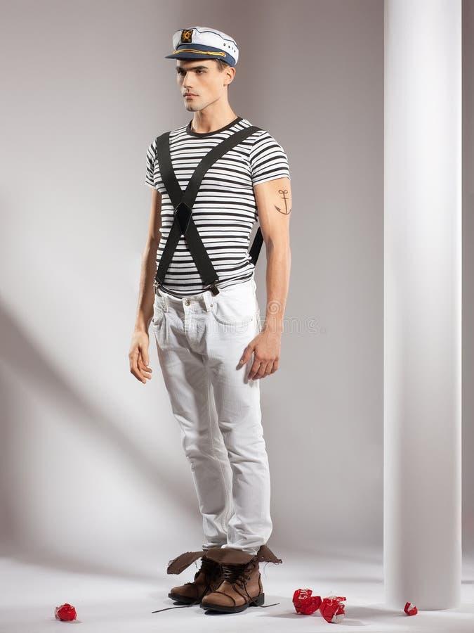 Attraktives junges Baumuster gekleidet wie ein Seemann lizenzfreies stockfoto