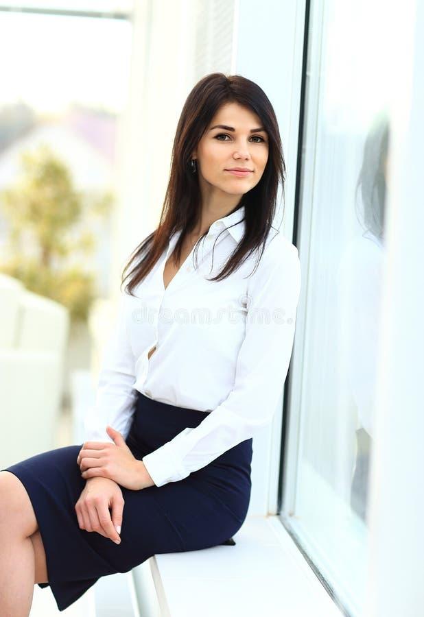Attraktives junges Geschäftsfrauportrait stockfotografie
