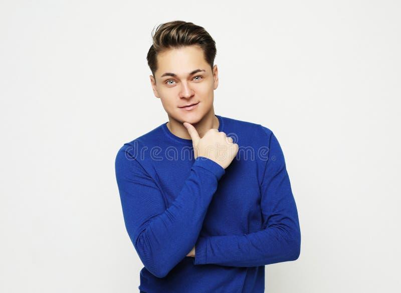 Attraktives junges männliches Modell, das im Studio aufwirft lizenzfreie stockbilder