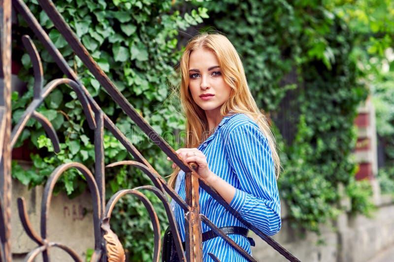 Attraktives junges Mädchen in der Stadt Schöne moderne Frau im Sommer draußen stockfotos