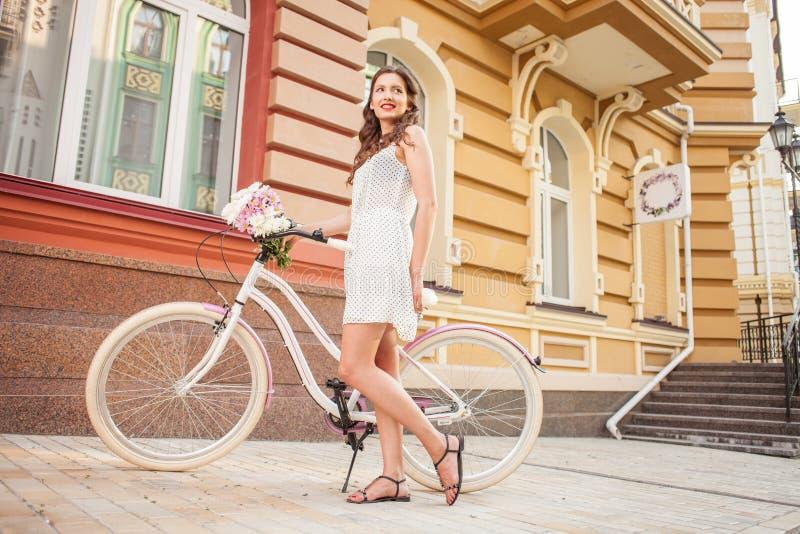 Attraktives junges Mädchen fährt über Stadt rad lizenzfreies stockbild