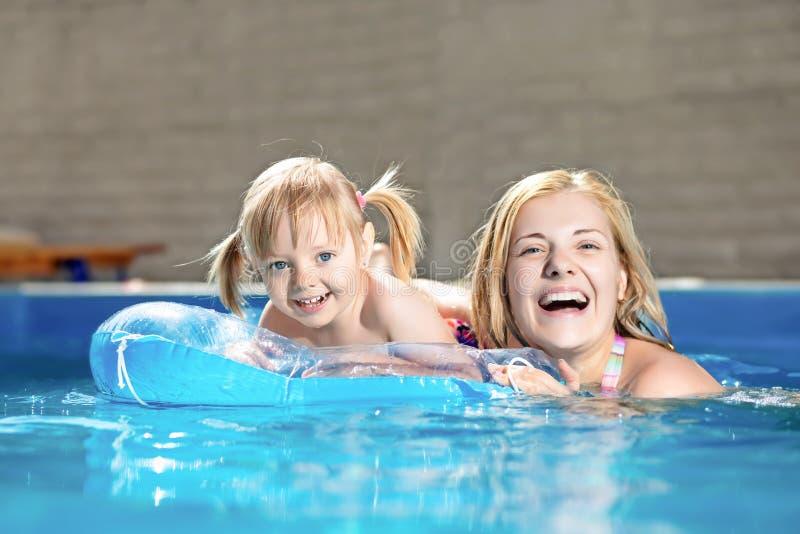 Attraktives kleines Mädchen und ihre Mutter lizenzfreie stockfotos