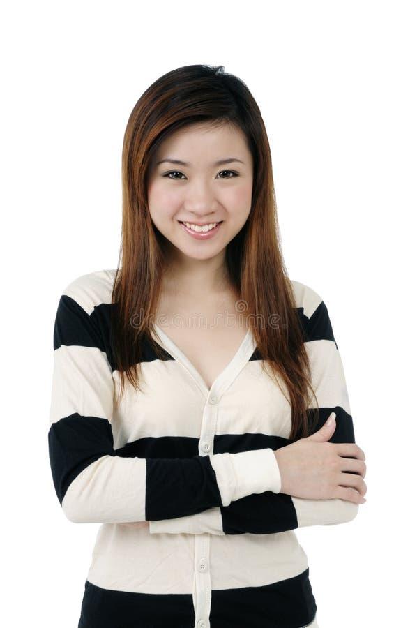Attraktives Lächeln der jungen Frau lizenzfreie stockfotos