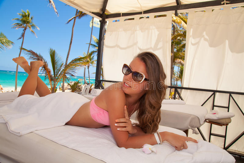 Attraktives lächelndes Frauenporträt auf dem Strand lizenzfreies stockbild
