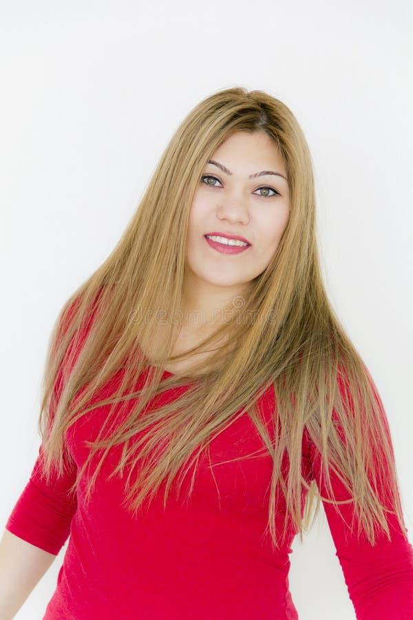 Attraktives lächelndes Mädchen mit dem langen braunen gesunden geraden Haar lizenzfreies stockfoto