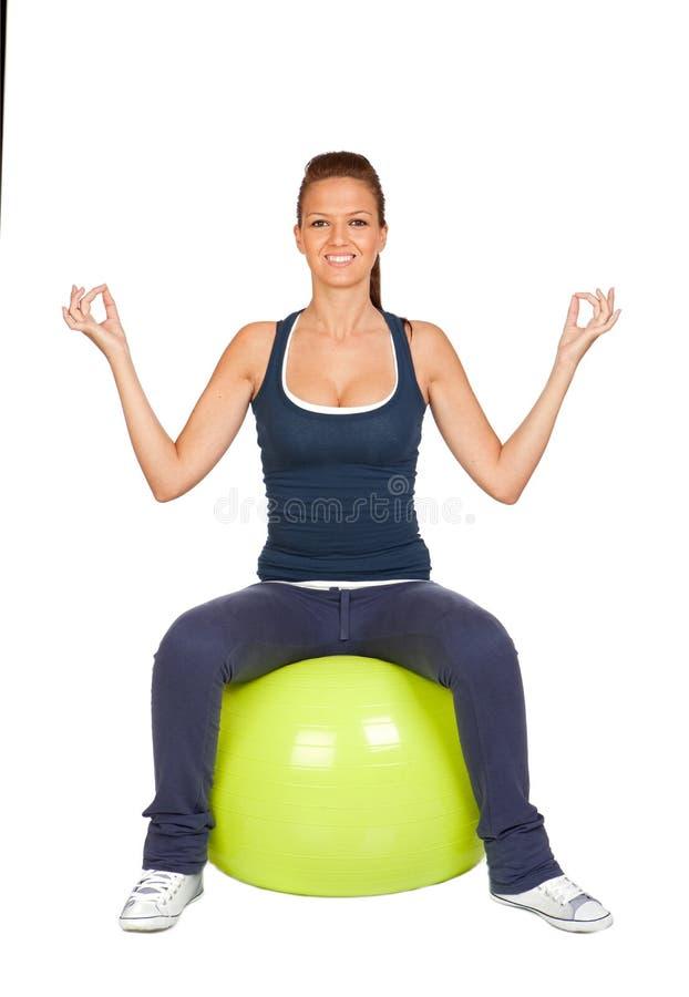 Attraktives Mädchen übende pilates stockbilder