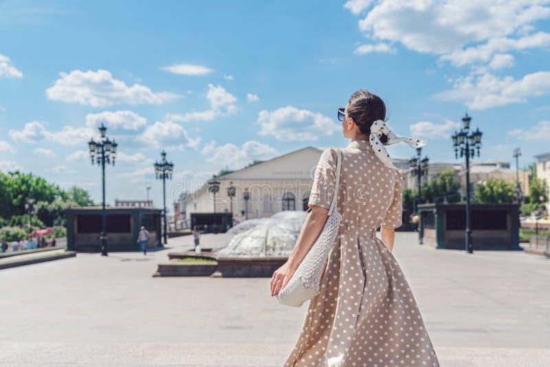 Attraktives Mädchen auf der Straße in Moskau lizenzfreie stockbilder