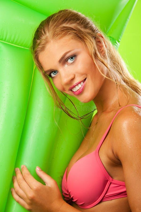 Attraktives Mädchen beim Bikinilächeln stockfoto