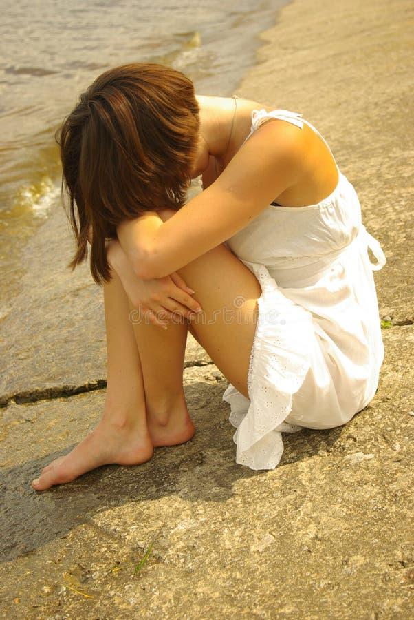 Attraktives Mädchen, das alleine sitzt stockbilder