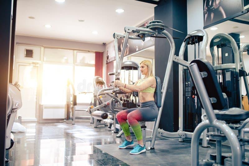 Attraktives Mädchen, das an der Turnhalle trainiert stockbild