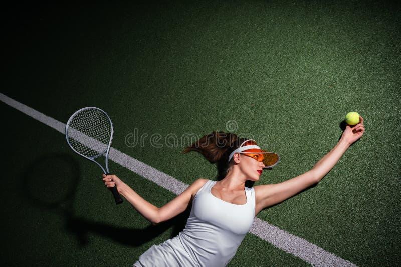 Attraktives Mädchen, das Tennis spielt lizenzfreies stockbild
