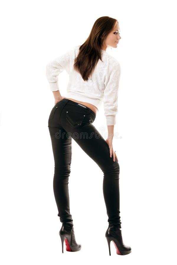 Attraktives Mädchen in den schwarzen festen Jeans lizenzfreie stockbilder
