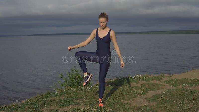 Attraktives Mädchen in der Sportkleidung, Jogi üben im Freien stockfotos