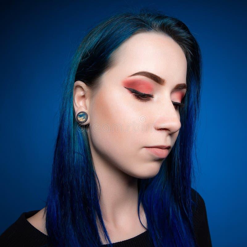 Attraktives Mädchen des drastischen Porträts mit dem blauen Haar stockfoto