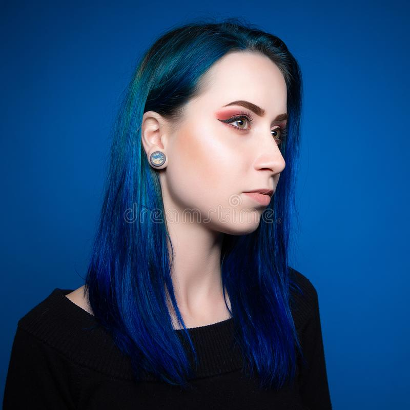 Attraktives Mädchen des drastischen Porträts mit dem blauen Haar lizenzfreie stockbilder